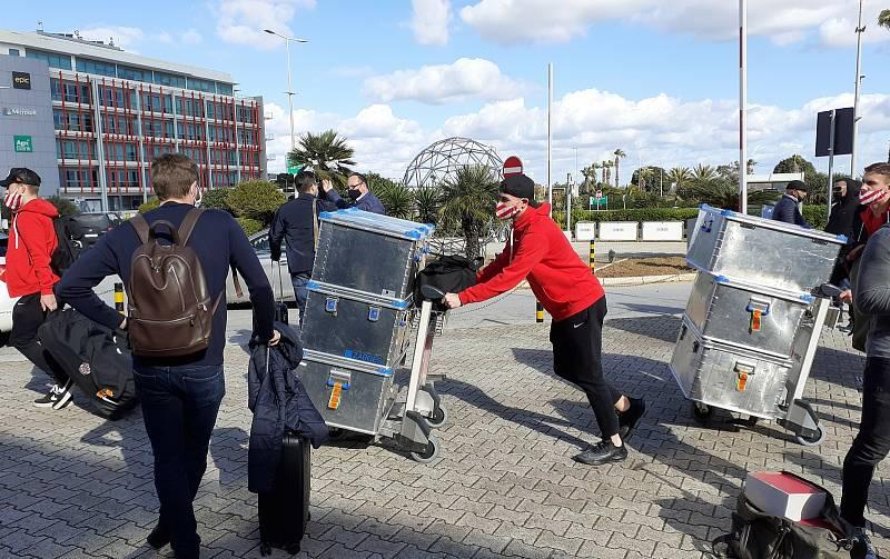 Fotbalisté Zbrojovky dorazili v pondělí před polednem na Maltu, kde mají týdenní soustředění.