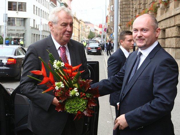 Prezidenta Miloše Zemana přivítal v Brně hejtman Jihomoravského kraje Michal Hašek (vpravo).