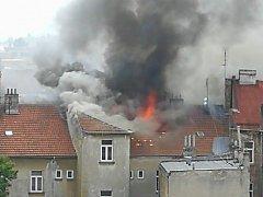 K požáru střechy v Bratislavské ulici v Brně vyjížděli v neděli krátce po jedné hodině odpoledne dvě jednotky jihomoravských hasičů.