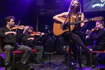 Zpěvačku Anetu Langerovou doprovodí na turné kapela, smyčcové trio a pianista.