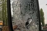 Po hádce s řidičem kamionu muž vytáhl kladivo a rozmlátil zrcátka u náklaďáku.