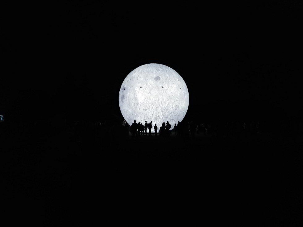V Brně se konal další ročník Noci vědců, do několika institucí zamířily tisíce lidí. V parku na Kraví hoře obdivovali zájemci obří model Měsíce, v Technickém muzeu si vyzkoušeli řadu pokusů.