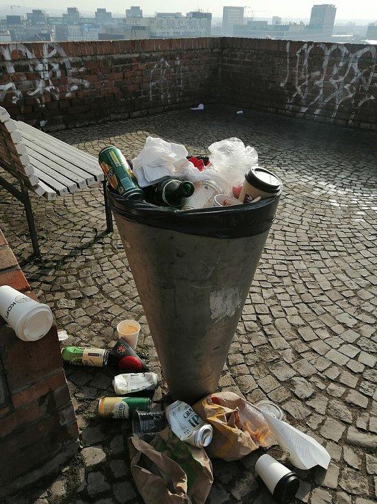 Poslužte si... Koše na odpad na brněnských hradbách, Kapucínských terasách a V Denisových sadech kapacitně nestačí. Nebo má místo za sebou nepovolenou velkou party?