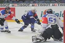 Hokejisté Komety se utkali se švýcarským Zugem. Na snímku Nahodil (Brno), Helbing a Stephan (Zug).