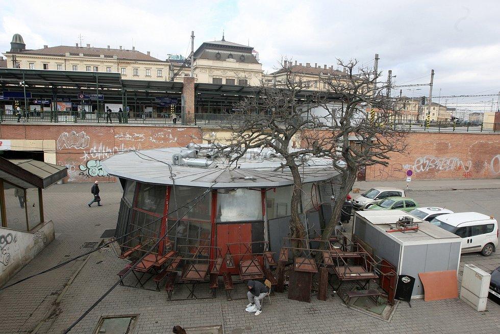Stánky mezi podchodem pod hlavním nádražím v Brně a obchodním domem Tesco.