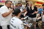Karel Abraham při podepisování na autogramiádě jezdců Moto GP v brněnské Vaňkovce.