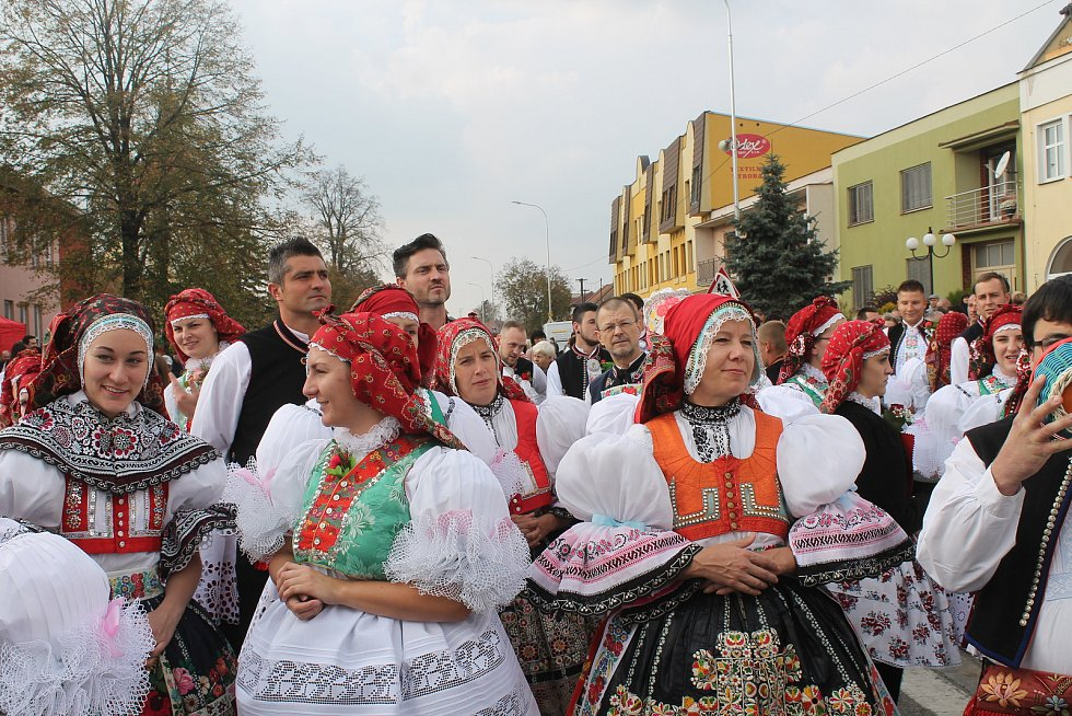 Krojovaní na hodech ve Vracově.