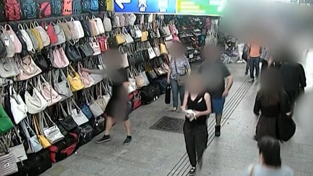 Ukradl kabelku, prodavačku vláčel za sebou