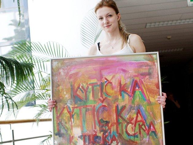 Studenti brněnské Střední školy umění a designu se snažili ve svých malbách propojit barvy a písmo. Desítky obrazů v úterý odpoledne vystavili v Masarykově onkologickém ústavu na Žlutém kopci v Brně.