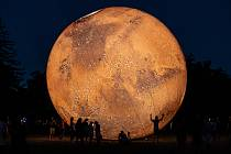 Nafouknutý model planety Mars přilákal stovky lidí na kraví horu. Pracovníci hvězdárny a sdružení VISUALOVE tak předvedli další ze svých pečlivě připravených projektů. Po modelu planety Země a jejího satelitu Měsíc přibyl Mars se svým detailním povrchem.