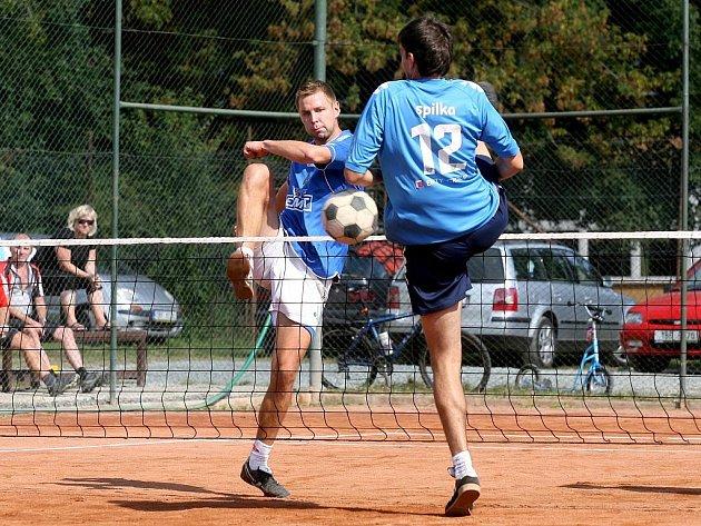 Modřičtí nohejbalisté v utkání s Čelákovicemi.