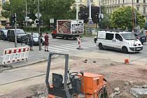 Od pondělí 20. července bude omezená doprava na Žerotínově náměstí v centru Brna. Důvodem jsou pokračující opravy ulice Veveří. Až do konce srpna bude provoz střídavě svedený do jedné poloviny silnice. Od 27. července pak bude zavřený i přechod pro chodce
