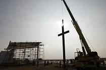Dvanáctimetrový kříž připomíná návštěvu papeže Benedikta XVI. v Brně.