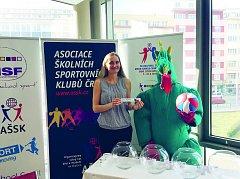 Patronka dívčího turnaje a bývalá kapitánka KP Brno Sandra Onderková (vlevo) společně s maskotem akce brněnským drakem.
