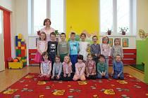 Děti ze Základní školy Rosice Zámecká - odloučené pracoviště Husova čtvrť. Na fotce jsou děti ze třídy Červený korálek.