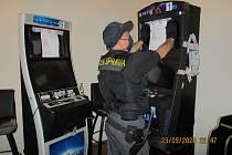 Celníci udělali kontrolu v jednom baru blízko centra Brna. Našli tam deset nelegálních herních zařízení. Foto: celní správa