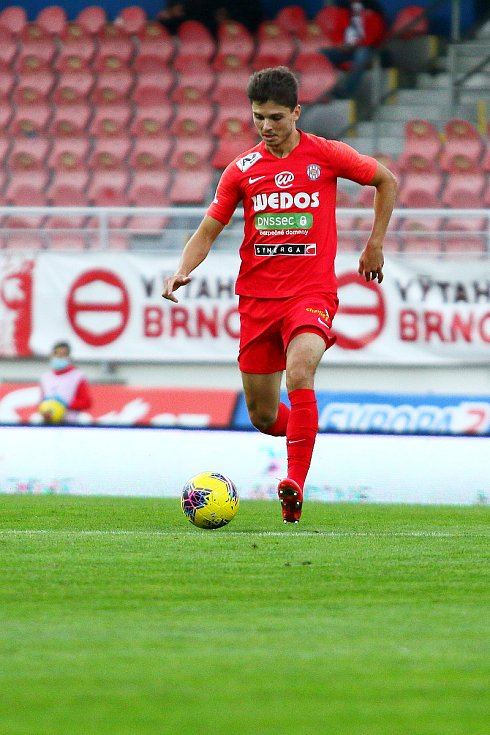 Fotbalisté Zbrojovky (v červeném) v šestém kole nejvyšší soutěže podlehli na domácím hřišti Karviné 0:2.
