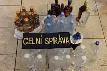 Přes 250 litrů motorové nafty, čtyřiatřicet litrů neoznačených lihovin a čtyřiašedesát kusů zboží neoprávněně označeného ochrannými známkami zajistili jihomoravští celníci v předvánočním období.