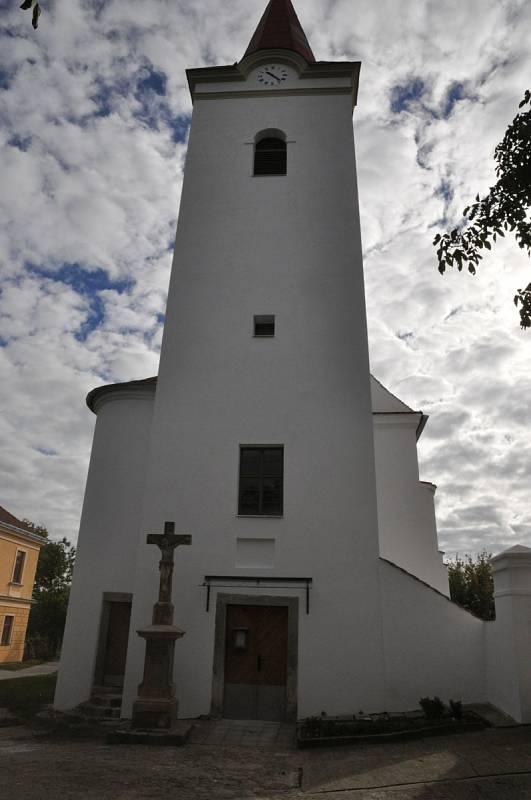 Kostel sv. Cecílie v Dobrém Poli. Renesanční stavba je dominantou obce. V roce 2018 byla kompletně opravena věž kostela, omítky a okna. Stavba po opravách.