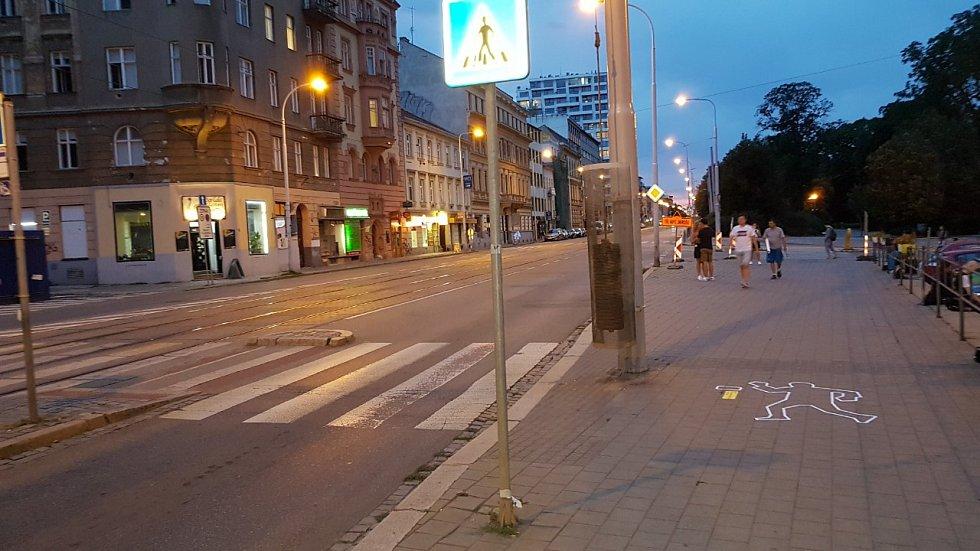 Obrysy postav symbolizující chodce sražené při dopravních nehodách se v úterý objevily na některých brněnských chodnících, foto z Lidické ulice.