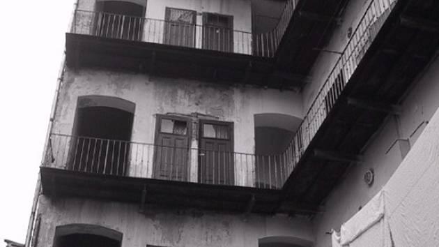 Fotograf brněnského Deníku Rovnost  Jiří Sláma fotil v domech, které jsou v ulicích Cejl a Bratislavská.