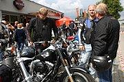 Volné projížďky a zkušební jízdy na motocyklech značky Harley Davidson u prodejny v Králově Poli.