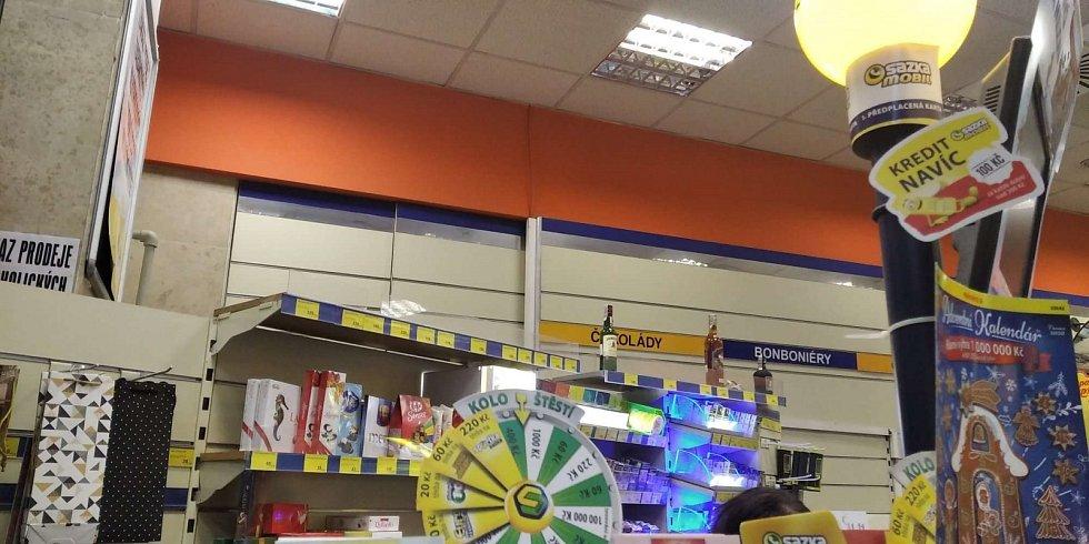 Zákaz prodeje se dnes netýká třeba obchodů na nádražích. V Brně lidé vybílili i regály malé prodejny potravin, a to především ty s alkoholem.