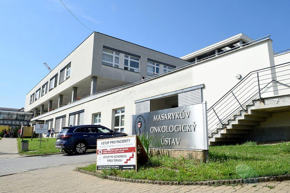 Masarykův onkologický ústav v Brně a parkování kolem něj.