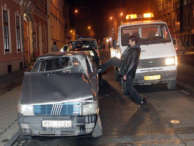 Auto,do kterého v pátek odpoledne v brněnské ulici Cejl nebourala tramvaj. Mladého řidiče nehoda naštvala.
