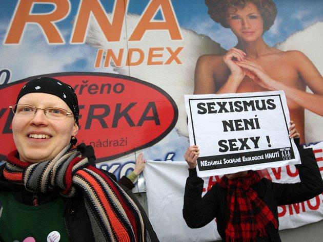 Členové organizace Nesehnutí demonstrovali proti sexismu v reklamách.
