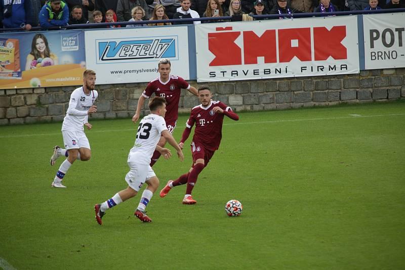 Líšeňští fotbalisté (v bílém) podlehli pražské Spartě 0:3.
