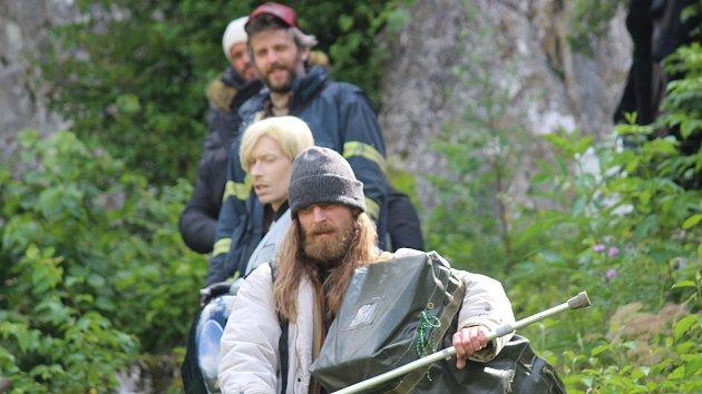 Filmaři natáčeli v pondělí dopoledne náročnou scénu dramatu Lidi krve u Sloupsko-šošůvské jeskyně.