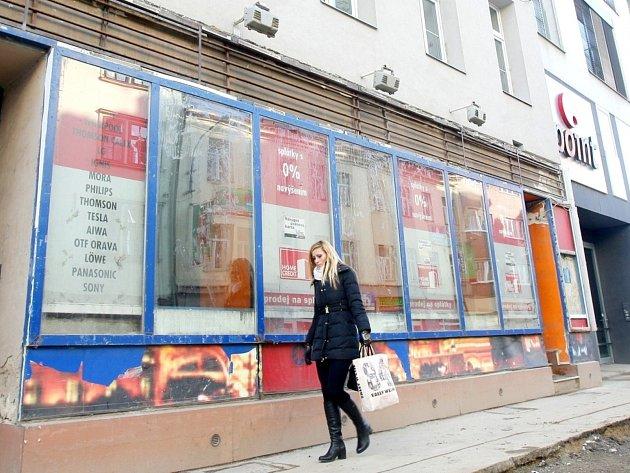 Romové si svépomocí opravují prostory bývalého kasina na brněnské Milady Horákové na nahrávací studio.