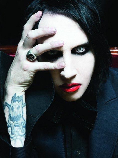 DOBRÝ JAKO MARILYN . Umělecké jméno zpěvák z poloviny převzal od herečky Marilyn Monroe a vraha Charlese Mansona.