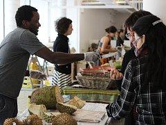 Chutě Afriky poznali Brňané v tržnici na Zelném trhu. Kupovali koření i šťávu z cukrové třtiny.