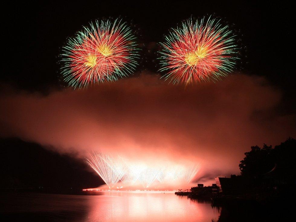 Vidět poslední soutěžní ohňostroj nad Brněnskou přehradou chtěly tisíce návštěvníků. Své pojetí bojového umění kung-fu jim předvedla čínská společnost Panda Fireworks, která zajišťovala například i ohňostroj na olympijských hrách v Pekingu v roce 2008.