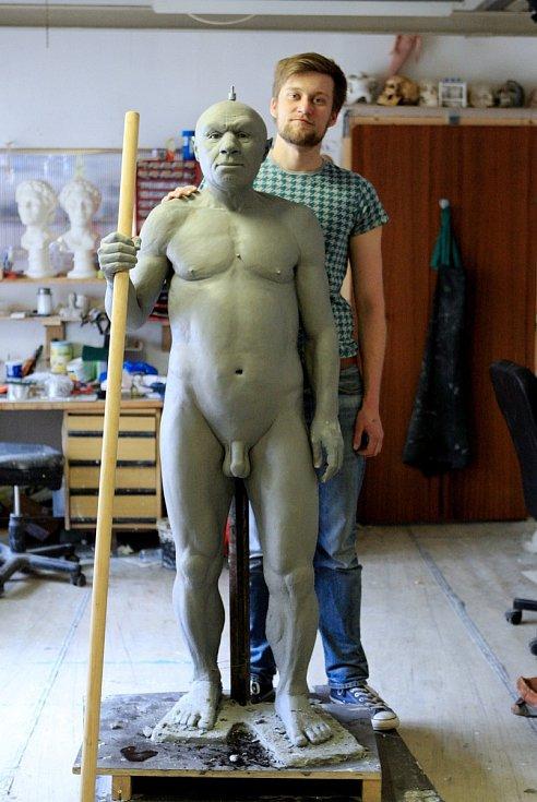 Na rekonstrukci neandrtálce pracují vědci a sochař Ondřej Bílek. Kromě jiného použili také sto kilogramů plastelíny, sochař ji přidával na kostru sval po svalu.