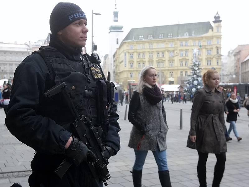 Nákupními centry, kolem stánků na vánočních trzích i hlavním nádražím v Brně procházejí od úterního rána policisté se samopaly. Zvýšený dohled je reakcí na teroristický útok, který se odehrál v pondělí večer v Berlíně.