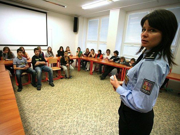 Policisté radili dětem, jak se chovat v nebezpečných situacích, nehodách, nebo když je osloví cizí člověk.