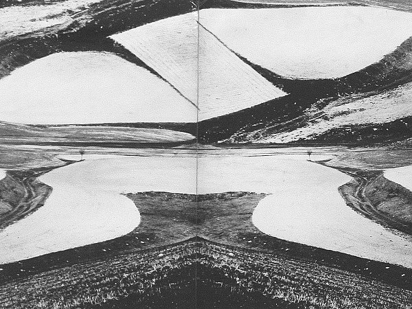 ZBYTKY KRAJINY. Panoramatickou fotografii Poslední zbytky krajiny pořídil Spurný vlastnoručně zkonstruovaným fotoaparátem Bednaflex kolem roku 1968.