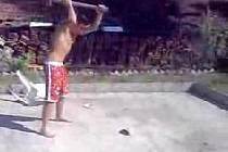 Záběry z videa, které se objevilo i na youtube.com.