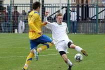 Fotbalisté Bohunic (v bílém) v souboji s Tasovicemi.