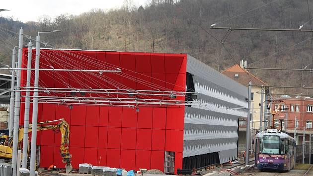 Dělníci dokončují novou halu pro čištění tramvají v brněnských Pisárkách za 400 milionů korun.