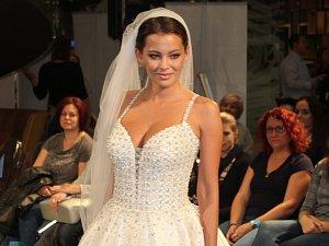 Svatební trendy? Obnažená záda nevěst, modré tóny u ženichů, poodhaluje festival