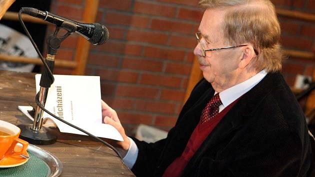 Václav Havel v Huse na provázku při čtení Odcházení (listopad 2008).