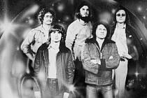 Snímek z přebalu k desce Dialog s vesmírem vydané roku 1980. Zleva Karel Horký alias Daniel Forró, Pavel Váně, Pavel Pelc, Zdeněk Kluka, Miloš Morávek.