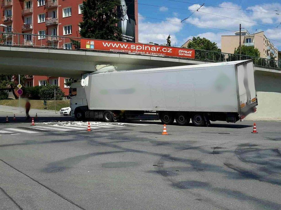 Kvůli nehodě, při které se pod mostem ve Výstavní ulici zasekl kamion, vyjeli hasiči se speciálním vyprošťovacím autem.