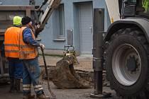 Tekoucí voda v úterý dopoledne narušila život ve Francouzské ulici v Brně. Prasklo totiž vodovodní potrubí.