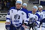 Hokejový útočník Jan Hruška (vepředu) v zápase s Karlovými Vary, ve kterém dvěma góly přispěl k výhře 3:2 v prodloužení.