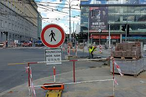 Dočasně zrušený přechod pro chodce v křižovatce Kounicovy ulice s Moravským náměstím v Brně, kde stavbaři pracují na rekonstrukci plynového vedení.